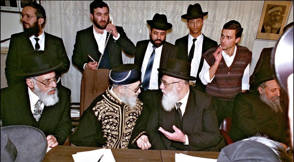 Arkivfoto af den israelske rabbiner Shalom Cohen (i forgrunden til højre), som er den nye åndelige leder for Israels ultraortodokse Shas-parti, landets femtestørste parti. Foto: Sved Nackstrand/Scanpix